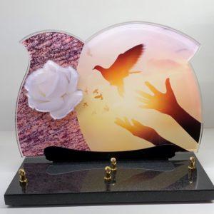"""Pour des obsèques, vous pouvez acheter une plaque funéraire """"Envol"""" de la marbrerie biterroise, Pech Bleu, dans notre boutique à Béziers."""