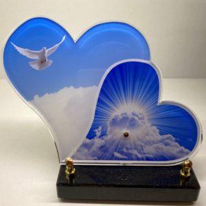 """Pour des obsèques, vous pouvez acheter une plaque funéraire """"cœur-colombe"""" de la marbrerie biterroise, Pech Bleu, dans notre boutique à Béziers."""