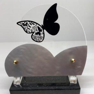 """Pour des obsèques, vous pouvez acheter une plaque funéraire """"papillon"""" de la marbrerie biterroise, Pech Bleu, dans notre boutique à Béziers."""